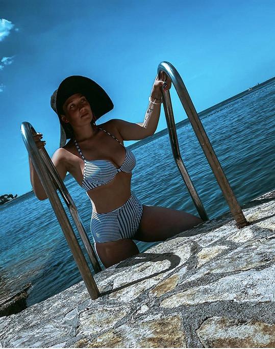 Tereza si vybrala retro proužkované plavky.