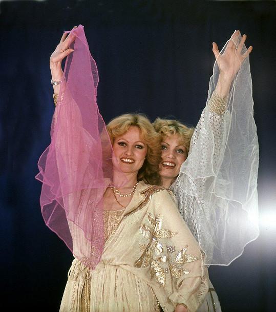 V 80. letech se snažily vypadat jako dvojčata, a proto nosily i stejné účesy.