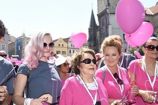 Iva Pazderková, Jiřina Bohdalová, Simona Stašová a Mahulena Bočanová na startu pochodu na Staroměstském náměstí