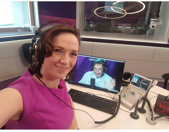 Tereza Kostková během karantény nehraje, ale moderuje svůj pořad v rádiu.
