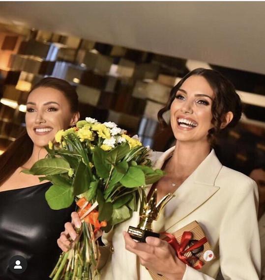 Ředitelka soutěže Taťána Makarenko předala ocenění nejlepší řečnici Karolíně Kopíncové.