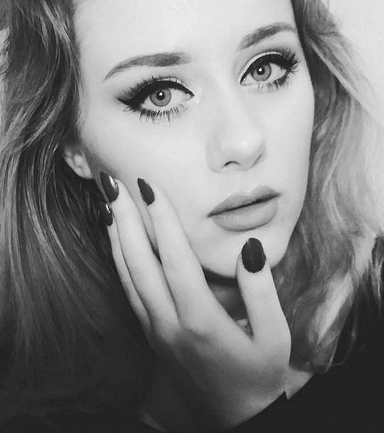 Ellinor Hellborg jako Adele: Stejné vlasy, shodná mimika. Pokud si nanese oční linky jako britská superstar Adele, není možné je rozpoznat.
