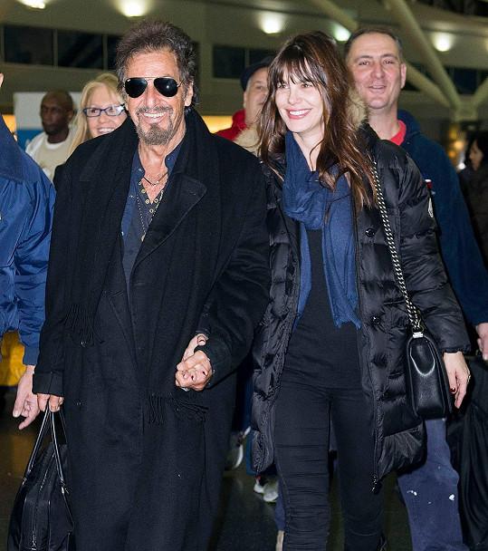 Zamilovaný pár Pacino a Sola spolu chodí už pátým rokem.