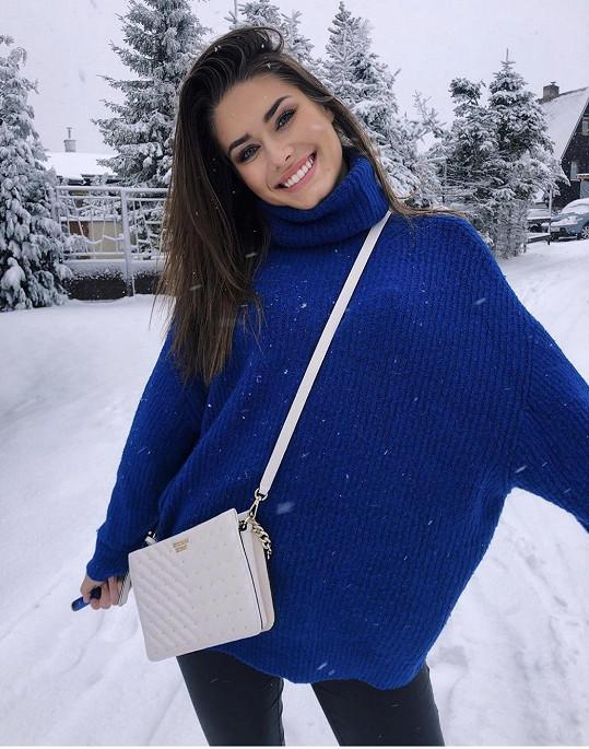Ještě před odletem na světovou soutěž krásy do Mexika si užívá chvíle na sněhu 2. Česká vicemiss 2019 Karolína Kokešová.