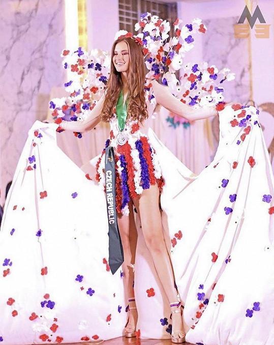Klára bodovala v národním kostýmu, který navrhla a ušila Nikol Švantnerová.