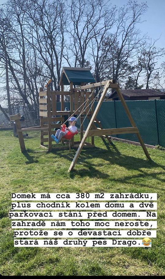Na zahradě si užívá jejich syn i psí miláčkové.