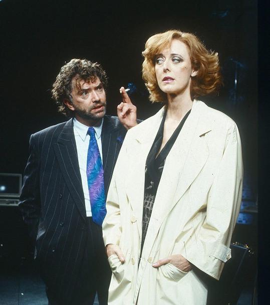 Herec má implantát v pravé tváři. Na snímku ve hře Peníze jiných v londýnském divadle Lyric (1991)