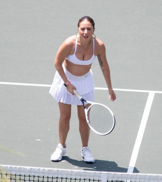 Ale třeba na tenisovém kurtu má klasicky sportovní obuv.