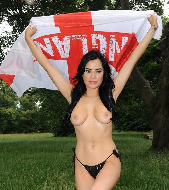 Takto pózovala s vlajkou.