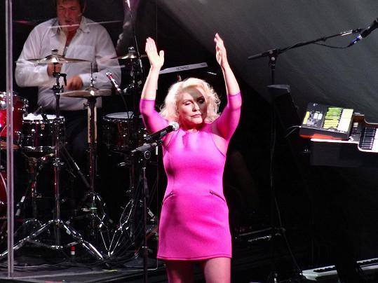 Frontmanka kapely Blondie se ani v sedmdesáti nebojí minisukní a růžové...