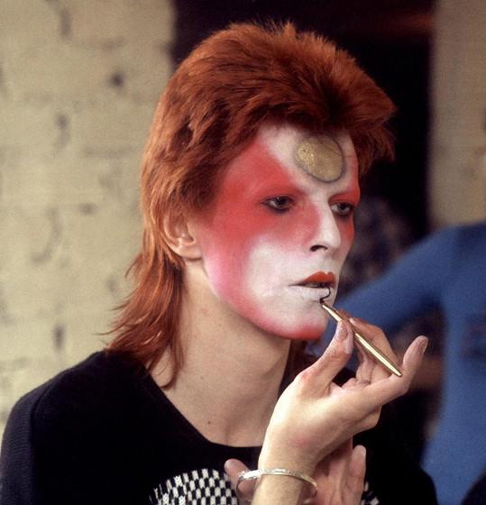 Bowie se nebránil výraznému líčení.