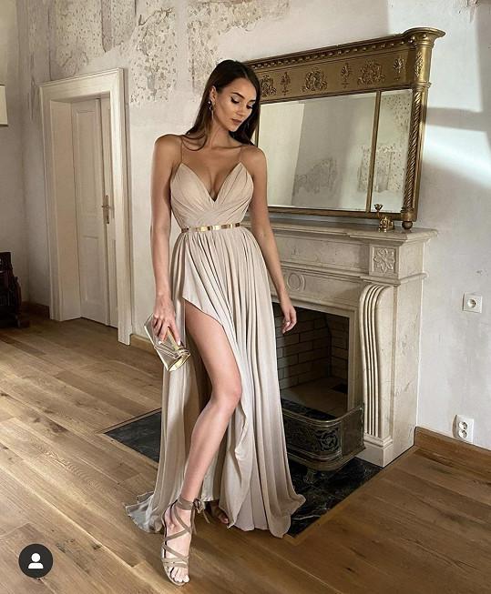Zvolila béžové šaty, v nichž pár měsíců po proodu vypadá skvěle.