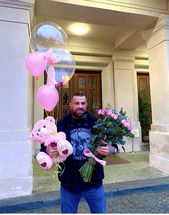 Karlos v pátek ráno své holky navštívil v porodnici.