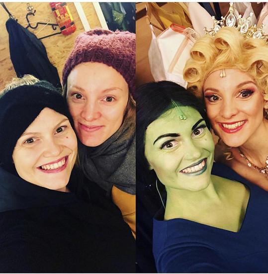 Elis Ochmanová a Nikola Ďuricová při příchodu do divadla a po odchodu z maskérny