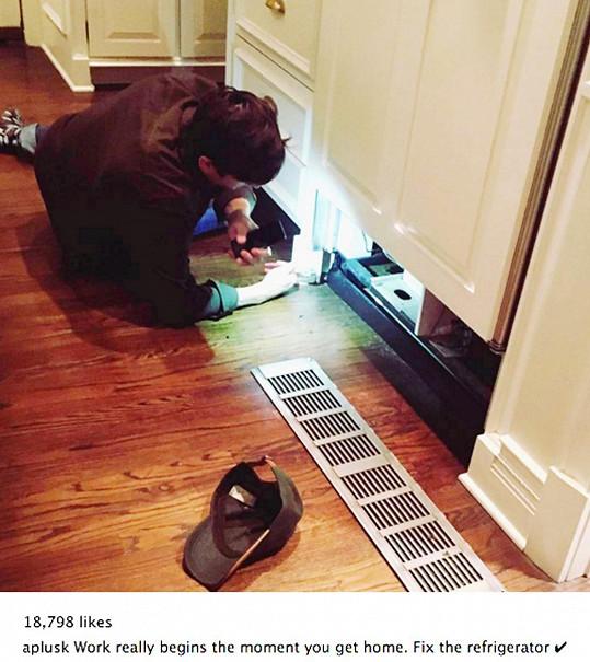 Ashton jako domácí opravář. Fotku si pověsil na twitterový profil.
