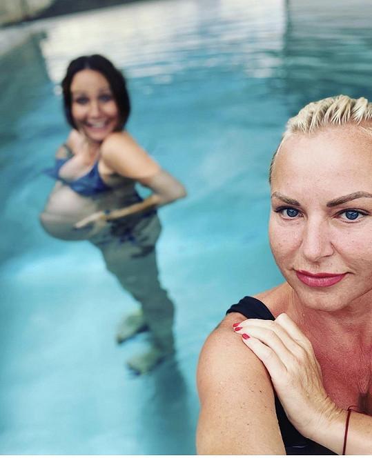 Martina Pártlová v bazénu vyfotila těhotnou Veroniku Arichevu.