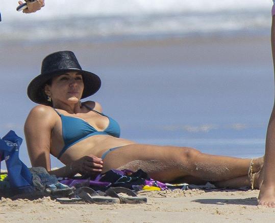 Manželce Matta Damona Lucianě Barroso pohoda na pláži sluší.