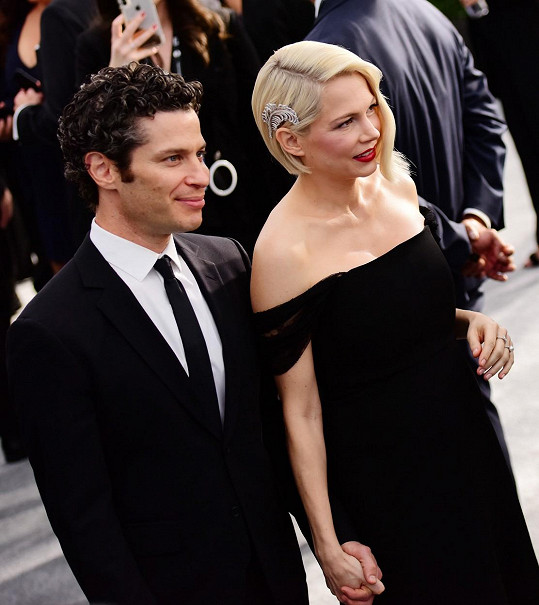 Michelle Williams čeká dítě s režisérem Thomasem Kailem. S Heathem Ledgerem má ještě dceru Matildu.
