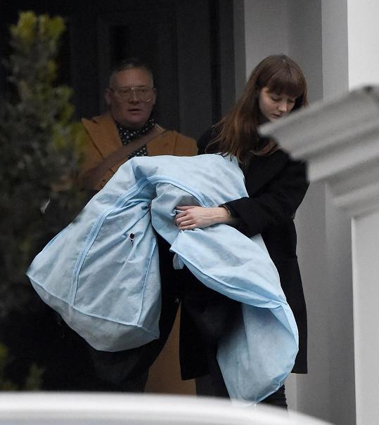 Návrhář Giles Deacon byl spatřen s šaty v obalu a asistentkou před domem Jamese a Pippy.
