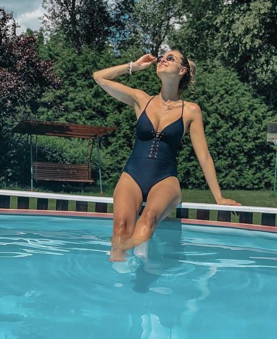 Lucie Kovandová si užívá léto na chatě.