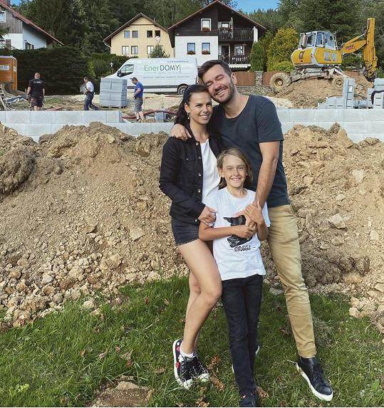 Pózovačka s rodinou na stavbě na Šumavě, kde bude jejich hrad stát.
