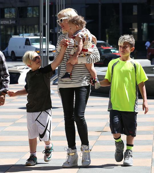 Gwen se svými syny Kingstonem, Zumou a Apollem.