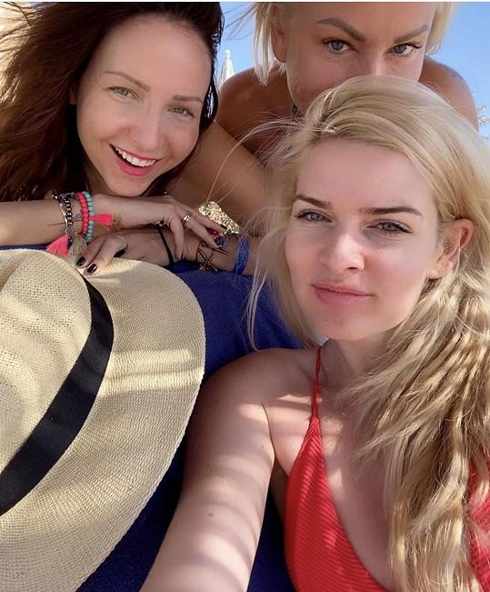 Vyrazila na dámskou jízdu s Veronikou Arichtevou a Martinou Pártlovou.