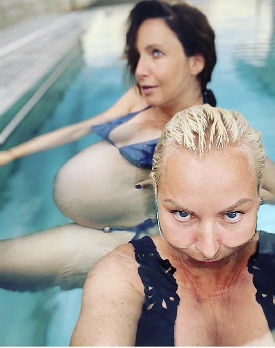 Fotky vznikly v bazénu zpěvačky.