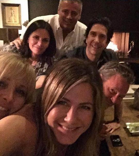 O kolaps sociální sítě se společným selfie s kolegy postarala Jennifer Aniston...