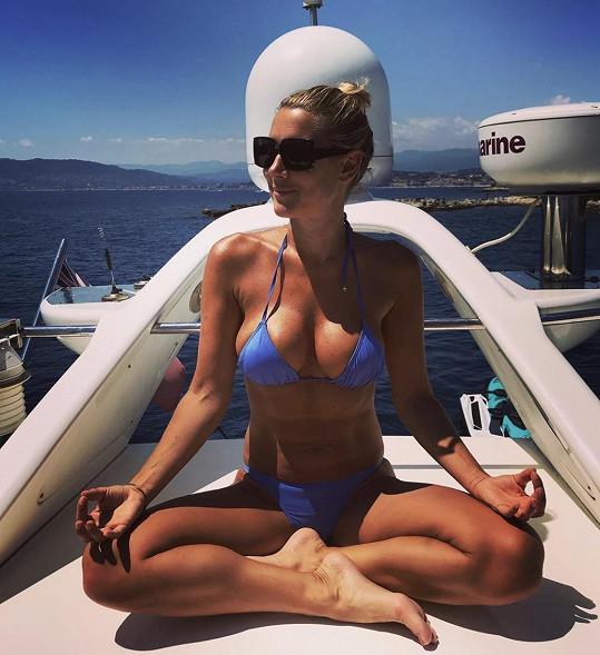 Hedvika Kollerová odpočívá na jachtě v Cannes.
