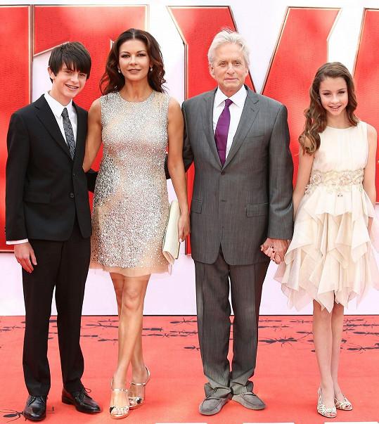 Herečtí manželé navštívili evropskou premiéru i s dětmi.