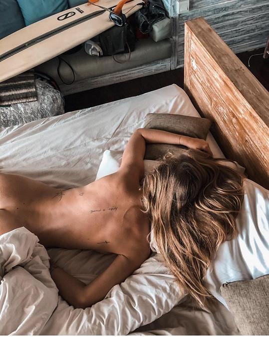 Nechala se vyfotit i nahá v posteli.