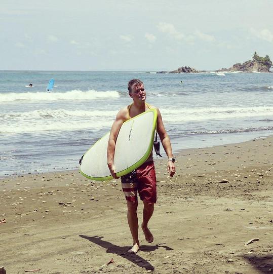 Z Kazmy se stal surfař se sportovní postavou.