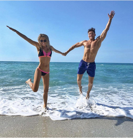 S přítelem si užívá i na pláži.