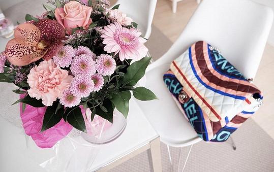 Květinu a kabelku Chanel.
