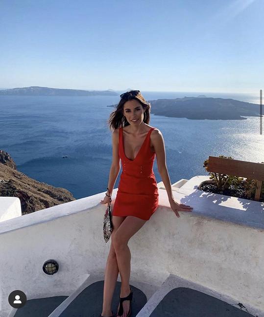 Modelka si užívá teplé dny na ostrově Santorini.