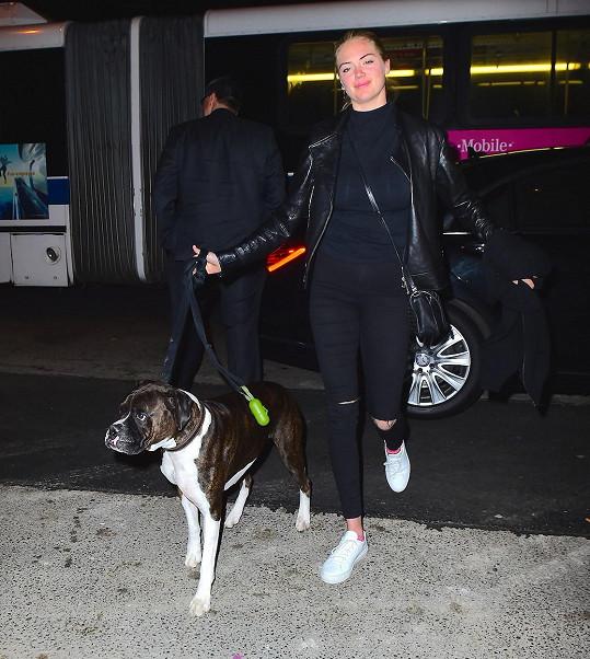 Modelka se svým pejskem v New Yorku