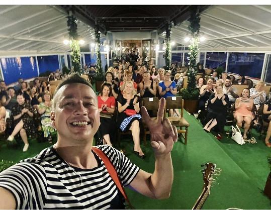 Petr na koncertě pro dvě stovky lidí na botelu Albatros