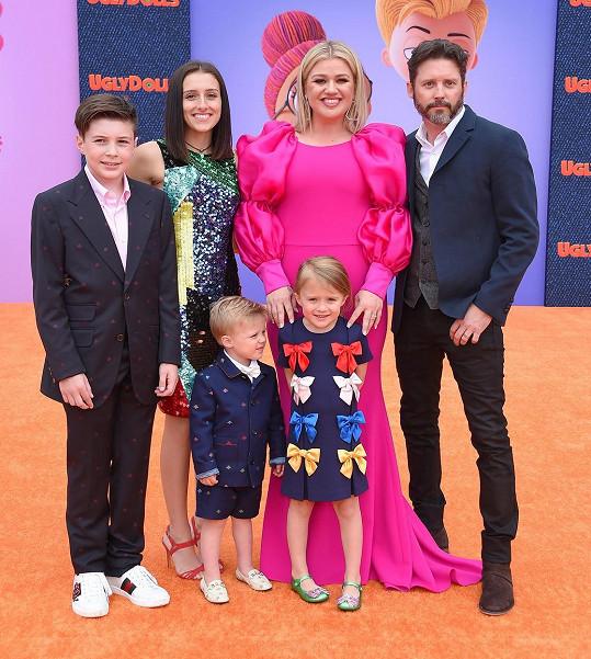 Kelly Clarkson má s manželem Brandonem dvě děti, zároveň se starali i o jeho další dvě děti z prvního manželství.