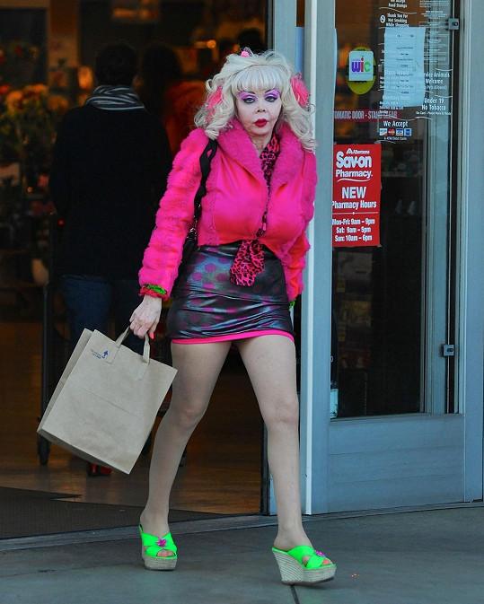 Angelyne vyrazila na povánoční nákup, určitě si koupila něco hezkého na sebe.