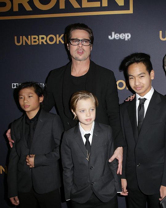 Brad Pitt s Maddoxem, Shiloh a Paxem, který si pěstuje počínající knírek.