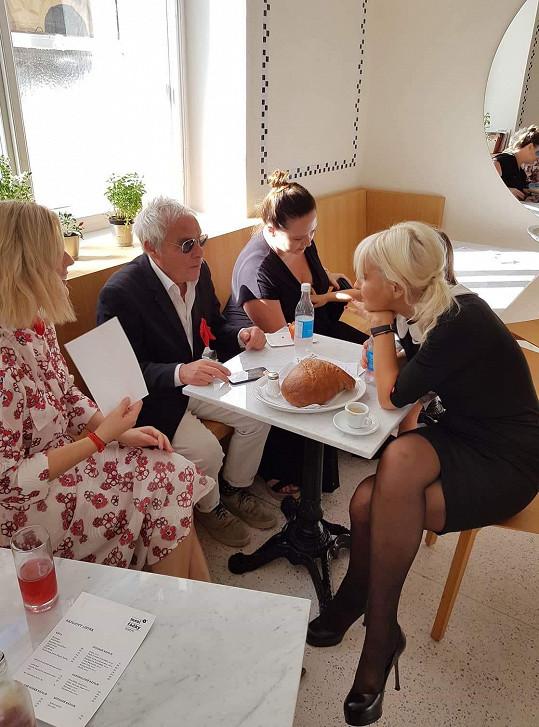Mezi hosty byl i fotograf Jan Saudek, partner Bářiny letité kamarádky a kolegyně Pavlíny Saudkové (vpravo).