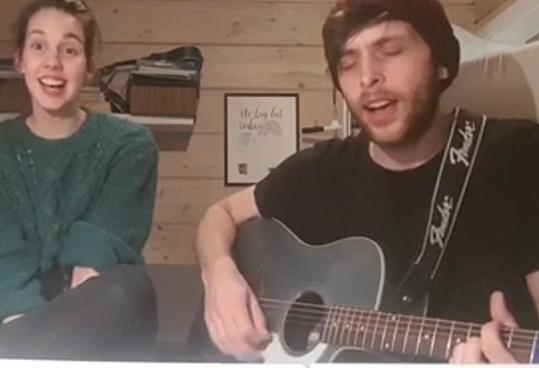 Složili také novou romantickou píseň.