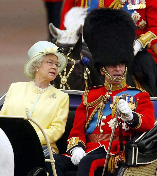 Při slavnostním ceremoniálu v Buckinghamském paláci v roce 2004