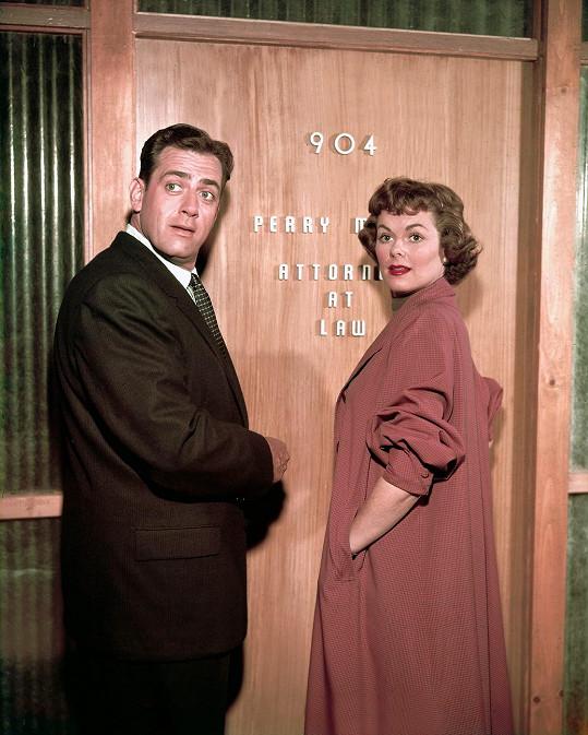 Jako Perry Mason zářil už v padesátých letech. S kolegyní Barbarou Hale.