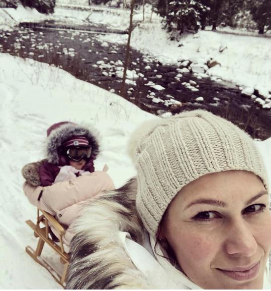 Místo lyží zatím fungují sáňky, nejlépe, když je táhne maminka.