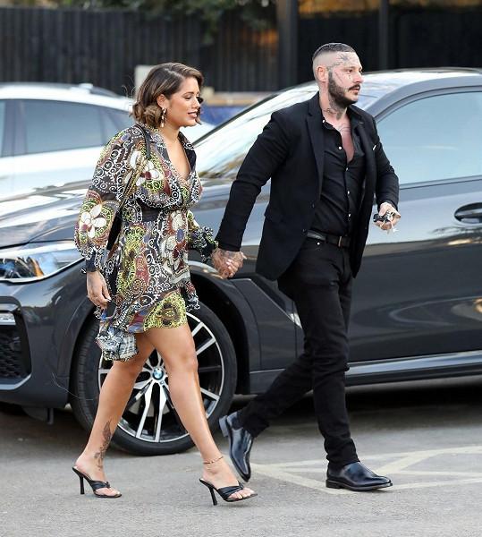 Malin se po zveřejnění fotografií z rande ozvala Michaelova přítelkyně s tím, že s ním čeká dítě.