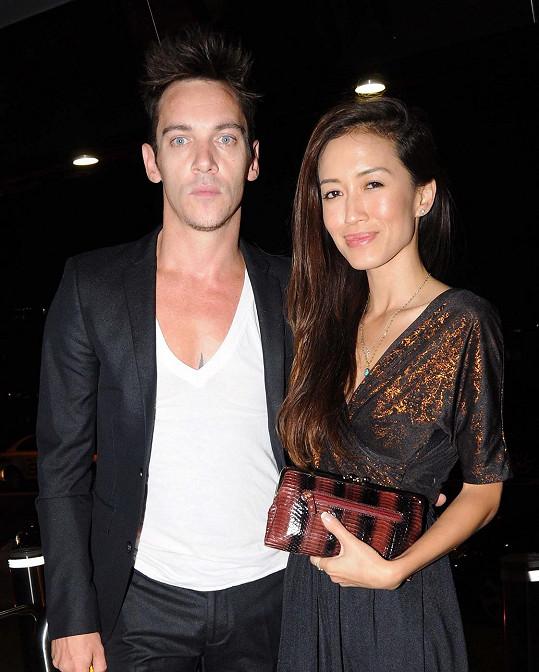 Jonathan se zasnoubil s přítelkyní Marou Lane.