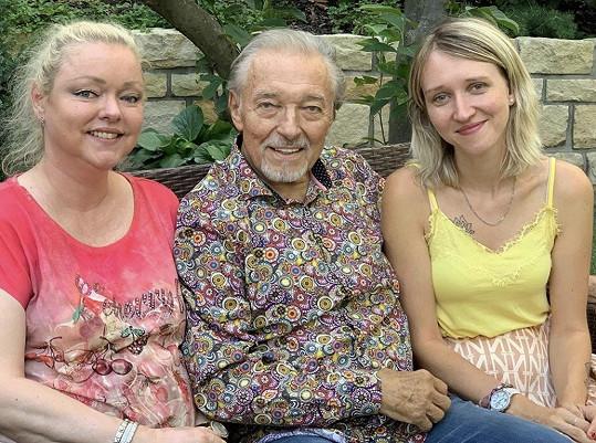 Karel Gott s dcerami Dominikou (vlevo) a Lucií (vpravo), které ho nedávno navštívily.
