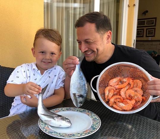 Ryby a krevety si se synem dávají rádi.